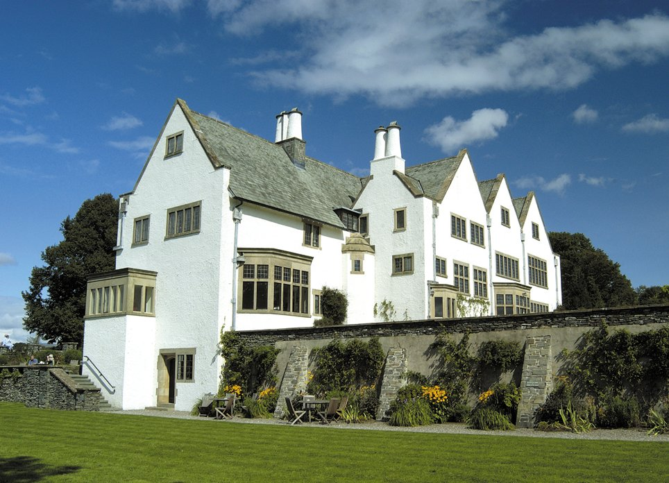 Buildings designed by mackay hugh baillie scott for Arts and craft homes