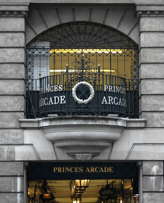 Entrada a la Sala de los Príncipes [The A la Sala de los Príncipes Arcade]
