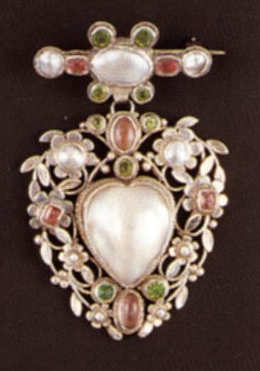 Brooch with cameo of the image of Christ on Veronica's veil