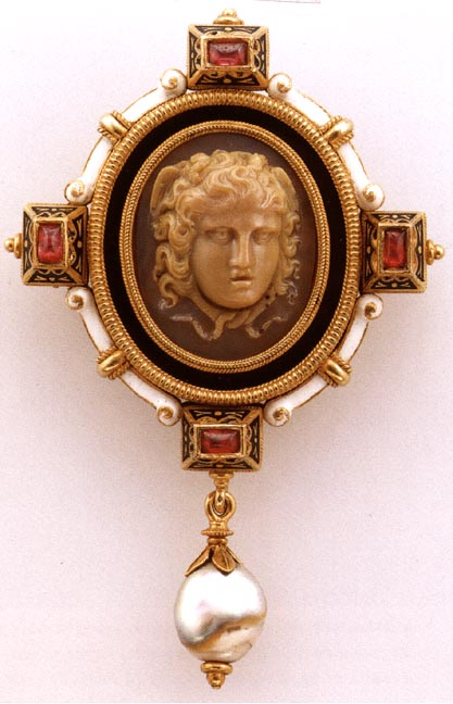 Broche con cameo of Medusa