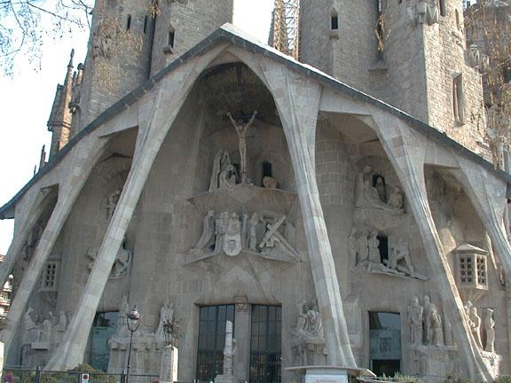 Temple expiatori de la sagrada famila by antoni gaud - Art nouveau architecture de barcelone revisitee ...